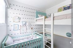 O bebê chegou e vai precisar dividir o quarto com o irmão ou irmã. Que tal decorar assim, com um berço e uma cama em um quarto pequeno.  Você pode instalar uma cama suspensa e ainda inserir uma mesinha de estudos para as crianças