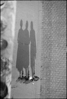 André Kertész, Ombres de personnages sur le trottoir, Paris, 1926-1936 Négatif gélatino-bromure d'argent noir et blanc sur support souple Donation André Kertész, Ministère de la culture (France), Médiathèque de l'architecture et du patrimoine, diffusion restreinte