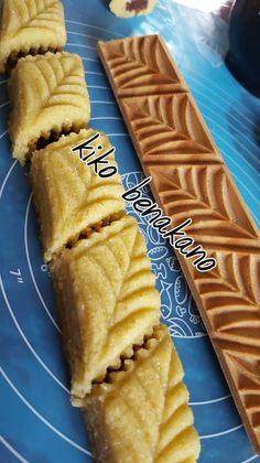Very light and super light baked makrout - kiko and its garnished table - Dessert Recipes Arabic Sweets, Arabic Food, Summer Desserts, Christmas Desserts, Eid Cake, Middle Eastern Desserts, Algerian Recipes, Exotic Food, Healthy Dessert Recipes