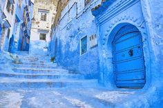 Chefchaouen – Marocco: c'è chi dice che siano stati gli ebrei fuggiti dalle persecuzioni naziste a dipingere le loro abitazioni così, perché associavano questa tonalità al paradiso.