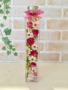 *♡今大人気の植物標本ハーバリウムのご紹介です♡*♡ガラス瓶の中で優しく揺れ動く可愛らしいお花達♡♡光に照らされてキラキラと輝く幻想的なハーバリウムの 美しい世界をお楽しみいただくことができます。♡中に入っているお花は、すべて本物のお花のドライフラワーとブリザードです。トールサイズ 角瓶 縦22㎝ 幅4㎝ ¥2800スモールサイズ 縦17㎝ 幅4㎝ ¥2500サンプル以外でもご希望があればお作り致します!♡お誕生日のプレゼントやお祝いにも喜んで頂けるお品です♡ラッピング簡易包装リボン付きは¥100アップお箱又は籠入りリボン付き¥300アップ☆メルカリ登録先ご住所への発送は商品代金込みで承ります。登録先ご住所以外の発送も承りますが大きさや地域によっては送料を頂戴させて頂きます。♡♡♡ハーバリウムとは♡♡♡特別な液体(オイル)で瓶詰めされた植物標本です。植物はお手入れ不要で約1年以上鑑賞できます。☆植物は個体差があります。☆配送中の植物の配置の移動などある可能性がありますが ご理解お願いします。☆ひとつひとつ丁寧に製作しておりますが、 ハンドメイドのため… 18th Debut Ideas, Summer Crafts, Diy And Crafts, Flower Decorations, Wedding Decorations, Modern Witch, Country Crafts, Healing Herbs, Green Garden