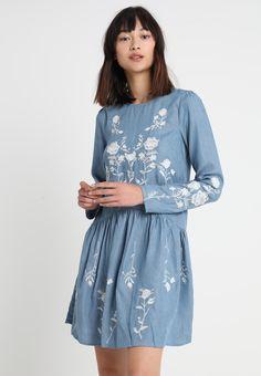 18f1bd1cf1 Dorothy Perkins EMBROIDERED DROP WAIST DRESS - Sukienka jeansowa - light  blue - Zalando.pl