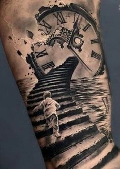 I simboli per eccellenza per un tatuaggio con il significato del tempo che passa sono l'orologio e la clessidra. La vita ci sfugge tra le mani, è un susseg