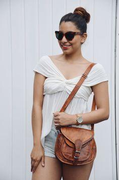 """Die Handtasche """"Romy"""" mag luftige Sommerkleidchen und Strandspaziergänge genauso gern wie Cocktaildresses und die Tanzfläche. Mit ihrer idealen Größe erweist sie sich als perfekter Freizeitbegleiter, der nicht nur schick, sondern auch praktisch ist - Lederhandtasche - Vintage - M23"""
