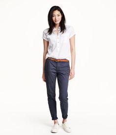 H&M blauwe chino, witte lage gymp