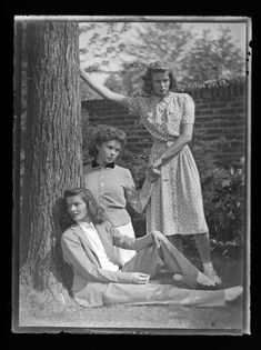 Katharine Hepburn with her younger sisters, left, Marion and right, Margaret Hepburn. Old Hollywood Glamour, Golden Age Of Hollywood, Vintage Hollywood, Classic Actresses, Hollywood Actresses, Audrey Hepburn, Kathrin Hepburn, Tom Selleck Movies, Martin Munkacsi