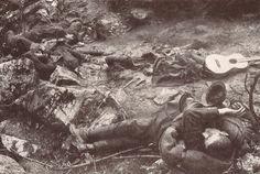 Soldats italiens tombés après une attaque surprise, WWI Gefallene italienische Soldaten nach einem Überraschungsangriff, Foto | Der Erste Weltkrieg