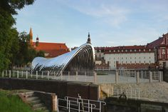 In de Poolse stad Wroclaw is afgelopen vrijdag een sculpturaal paviljoen naar ontwerp van Oskar Zieta onthuld. De constructie bestaat uit 'opgepompte' stalen bogen.