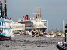 Queen Mary 2 beim Hamburger Hafengeburtstag  Maritimes Erlebnis der Superlative: Die Highlights zum 826. HAFENGEBURTSTAG HAMBURG by schiffsjournal • 9. April 2015  Schiffsparaden, Schlepperballett  und Feuerwerk auf und über der Elbe  Zu den Highlights des HAFENGEBURTSTAG Hamburg 2015 zählen die große Einlaufparade mit über 300 Schiffen und Wasserfahrzeugen am Freitag (17 Uhr), das traditionelle Schlepperballett am Samstag (17 Uhr) und die große Auslaufparade am Sonntag (15:30 Uhr). Ein…