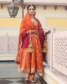 We sure have a thing for brides who keep the traditions alive. wore a traditional salwar suit, paired with a shawl for… Bridal Suits Punjabi, Punjabi Suits Party Wear, Party Wear Indian Dresses, Indian Bridal Outfits, Pakistani Bridal Wear, Pakistani Dresses, Bridal Anarkali Suits, Punjabi Bride, Anarkali Dress