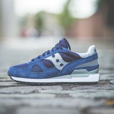 The iconic Saucony Shadow Original, in navy suede, purple mesh and grey rubber detailing, is a lightweight retro classic runner that features a soft EVA midsole to absorb shock and a black triangular tread rubber sole. Padded collar and tongue delivers a comfy fit. Fabric lining and a cushioned EVA sockliner for all-day comfort. Traditional lace up front provides optimum fit. EVA midsole cushions and absorbs shock. TPU heel provides extra support. Classic Saucony Originals triangular rubber…