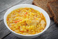 """Όσο ο καιρός κρυώνει ένα πιάτο σούπα γίνεται η καλύτερη επιλογή. Σε αυτή τη συνταγή, τα όσπρια """"παντρεύονται"""" με το κοτόπουλο σε ένα συνδυασμό που είναι κατάλληλος και για όσους προσέχουν τη χοληστερίνη"""