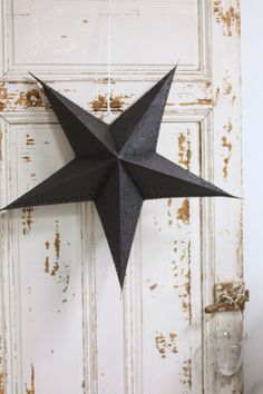 Have yourself a cool black Christmas! Black Christmas, Noel Christmas, Winter Christmas, Scandi Christmas, Country Christmas, Christmas Colors, Diy Inspiration, Christmas Inspiration, Paper Stars