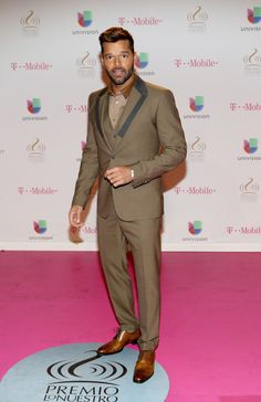 Ricky Martin attends the 2015 Premios Lo Nuestros Awards at American Airlines Arena on February 19, 2015 in Miami, Florida. Ricky Martin, American Airlines Arena, Mobile T, Fashion Models, Mens Fashion, Brown Suits, Three Piece Suit, Ben Affleck, Celebs