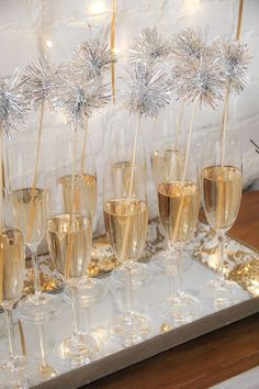 7 Dreamy Party-Ideen für Silvester - Daily Dream Decor - New Year's party New Years Decorations, Diy Party Decorations, Birthday Decorations, Nye Party, Festa Party, Disco Party, Fancy Party, Disco Ball, Party Drinks