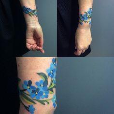 #forgetmenottattoo #forgetmenots #bracelettattoo #sashaunisex #vladbladirons  Tattoo shared by sashaunisex on Instagram.