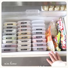 These space-saving organizing hacks come from Japan and they are absolutely brilliant! In this post, you will learn how to organize nearly every room in your home with these storage and space savin… Organisation Hacks, Freezer Organization, Organizing Hacks, Refrigerator Organization, Purse Organization, Storage Hacks, Kitchen Organization, Cleaning Hacks, Organising
