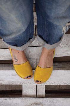 Sandale din piele naturala cu talpa joasa FUNKY Q, galben