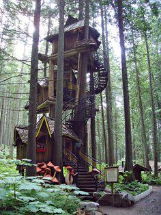Une cabane à 3 étages quelque part dans l'État canadien de Colombie Britannique (Canada)