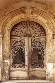 Puerta antigua decorada