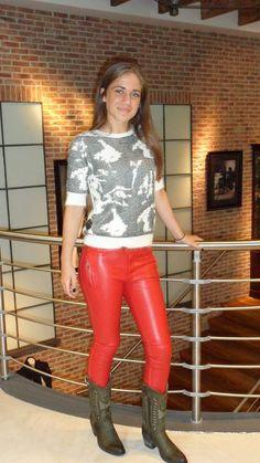 Set van de dag: Nikki & Supertrash Carly draagt hier een 'leather-look pants' van Nikkie met daarop een trui van Supertrash. De cowboylaarzen zijn van Sendra en natuurlijk te koop bij 'Shuz by van der Kam'.  www.vanderkamfashion.nl