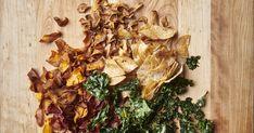 Une délicieuse recette de chips, parfaite pour servir avant le repas en entrée, ou en accompagnement lors d'une soirée festive entre amis! Cette recette est présentée par le chef Hugo Saint-Jacques lors de l'émission Zeste : Station Potluck. Saint Jacques, Sweet And Salty, Stuffed Mushrooms, Vegetables, Food, Chips Recipe, Vegetable Crisps, Drizzle Cake, Fine Dining