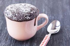 La ricetta per preparare l'americanissima mug cake utilizzando una tazza e pochissimi ingredienti più un forno o un microonde per un risultato veloce e d'effetto.