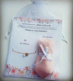 Convite para Padrinhos no Saco de Organza, com gravata e pulseira. Gravata personalizada com o nome dos noivos. Temos gravatas nas cores: praza, cinza, champanhe, azul tiffany, verde, roxa, lilás, branca, rosa, verde menta, preta, coral, rosa bebê, azul bebê, azul marinho. Wedding Gift Boxes, Diy Wedding, Dream Wedding, Wedding Day, Wedding Trends, Wedding Designs, Wedding Goals, Wedding Planning, Bridezilla