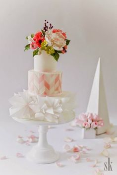 photo: Sofia Kuan Photography; Wedding Cakes with Adorable Details - via Sugar Penguin Cakery