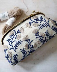 「樋口愉美子(ひぐちゆみこ)」という刺繍作家がいます。華麗にそしてダイナミックに布に紡がれる、2.5次元の樋口愉美子ワールドへご案内させていただきます。