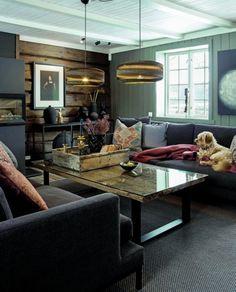 LYS INN: Når man gir et rom mørke nyanser som her, er det viktig med nok lys. Endeveggene er det originale tømmeret beiset i Sjøsand fra Jotun, og det øvrige panelet er malt i fargen Timian. I dette rommet er det rikelig med vinduer på begge sider, og med et lyst tak tåles de tunge fargene godt. Cottage Interiors, Malta, Oversized Mirror, Couch, Living Room, Furniture, Home Decor, Style, Beige