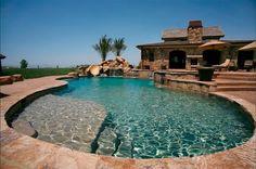 ¿No se les antoja una casa de fin de semana con una increíble alberca como esta?