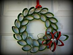 Christmas Toilet Paper Roll Wreath With Flower Christmas Origami, Christmas Art, Christmas Projects, Christmas Wreaths, Christmas Ornaments, Halloween Art Projects, Christmas Glitter, Paper Ornaments, Ornament Crafts