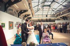Una boda civil puede celebrarse en espacios municipales preciosos como en la Sala Lonja de la Junta Municipal de Arganzuela. Fotos Rubén Mejías. rmejiasfotografo.com