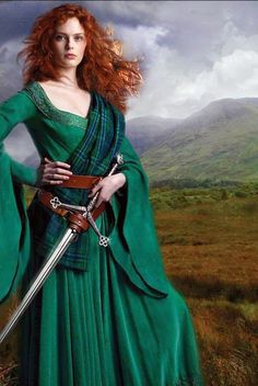 Celtic warrior princess, much like Merida. Costume Original, Danish Vikings, Celtic Dress, Celtic Warriors, Medieval Dress, Medieval Girl, Viking Dress, Warrior Princess, Redheads