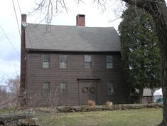 Colonial – Page 14 – Historic Buildings of Connecticut Black House Exterior, Exterior House Colors, Exterior Paint, Colonial House Exteriors, Colonial Architecture, Saltbox Houses, Old Houses, Primitive Homes, Primitive Bedroom
