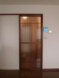 Sliding door on fine lattice – Door Types Japanese Sliding Doors, Japanese Door, Modern Sliding Doors, Door Design, House Design, Tatami Room, Interior Design Courses, Wooden Doors, Office Interiors