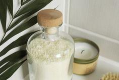 Ein eigenes Milchbad ist ganz einfach selbst hergestellt und verwöhnt die Sinne. Mit nur drei Zutaten macht ihr euren eigenen Badezusatz!