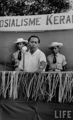 Ketua Umum Partai Sosialis Indonesia (PSI) Sutan Sjahrir berpidato pada kampanye pemilu 1955
