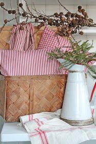 Siden vi nå er litt inne i den røde og hvite julestilen, byr jeg på en liten titt av årets juletekstiler her hjemme.På en av sine turer t...