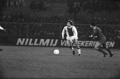 Cruyff tenta fugir a Nené no Ajax 1-0 Benfica, da Taça dos Campeões Europeus de 1971/72.