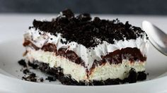 Oreo Fluff Salad is the best kind of salad recipe! This easy fluff recipe has ma… Oreo Fluff Salad is the best kind of salad recipe! This easy fluff recipe has marshmallows and pudding and tons of OREO cookies! via Easy Good Ideas Oreo Desserts, Just Desserts, Delicious Desserts, Yummy Food, Dessert Healthy, Amazing Dessert Recipes, Oreo Cookie Recipes, Layered Desserts, Think Food