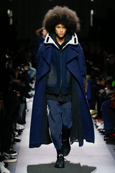 The complete Fall 2018 Menswear fashion show now on Vogue Runway. Short Girl Fashion, Trendy Mens Fashion, Black Women Fashion, Blue Fashion, Winter Fashion, Japanese Outfits, Japanese Fashion, Vogue Paris, Mode Masculine Fashion