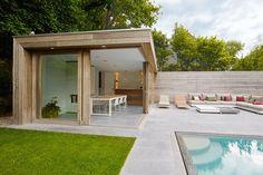 modernes poolhaus in padoek Modern Pool House, Modern Pools, Modern Backyard, Backyard Patio, Small Pool Houses, Outdoor Sheds, Outdoor Rooms, Outdoor Living, Swimming Pool Photos