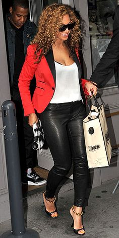 Beyonce is wearing that awesome red tuxedo jacket with leather-esque leggings! Love this look. We would use a black MR Fountain pen with this great outfit. Would look better in black skirt on just blazer buttoned up Estilo Beyonce, Beyonce Style, Beyonce And Jay Z, Love Fashion, Autumn Fashion, Fashion Outfits, Womens Fashion, Steampunk Fashion, Gothic Fashion