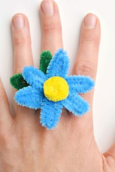 These pipe cleaner daisy rings are so fun and theyre really easy to make! This is such a fun summer craft idea and a gre Summer Crafts For Kids, Crafts For Girls, Fun Crafts, Arts And Crafts, Holiday Crafts, Pipe Cleaner Flowers, Pipe Cleaner Crafts, Pipe Cleaners, Daisy Ring