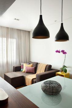 Sala de estar integrada com cozinha americana. Decoração contemporânea, com base neutra e toques de cor. Riqueza de detalhes são a inspiração para o ambiente acolhedor. Projeto de reforma e design de interiores em apartamento de 50m2 no Brooklin, São Paulo.