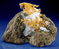 Crystalline Native Gold wires on Calcite with Pyrite from the San Pedro Mine in Santa Fe County, New Mexico Cool Rocks, Beautiful Rocks, Gold Prospecting, Mineralogy, Coin Jewelry, Gold Wire, Gold Coins, Science And Nature, Rocks And Minerals