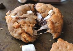 These S'mores stuffed cookies will blow your mind . These S'mores stuffe Cookie Desserts, Cookie Recipes, Smores Cookies, Biscuits Graham, Healthy Soup Recipes, Cookies Et Biscuits, No Cook Meals, Summer Recipes, Delish