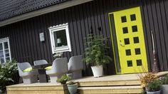 Yderdør i flot kontrast til det sortmalede træ, Character Square Garage Doors, The Originals, Architecture, Outdoor Decor, Design, Home Decor, Character, Modern, Arquitetura